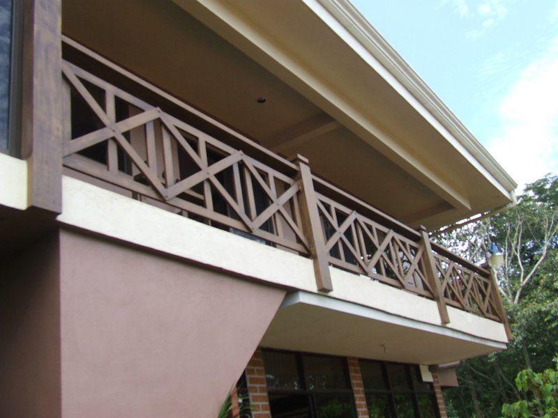 Barandas y balcones de hierro forjado en costa rica for Escalera de madera al aire libre precio