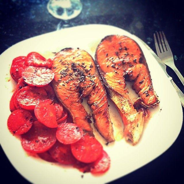 Salmón a la plancha aromatizado con vinagre de Módena y tomates a la plancha.