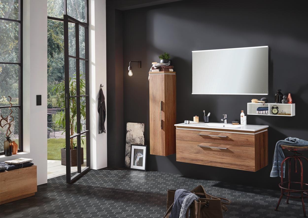 Elegantes Badezimmer In Eichefarben Von Novel Naturlicher Chic Waschtischunterschrank Wandspiegel Eiche