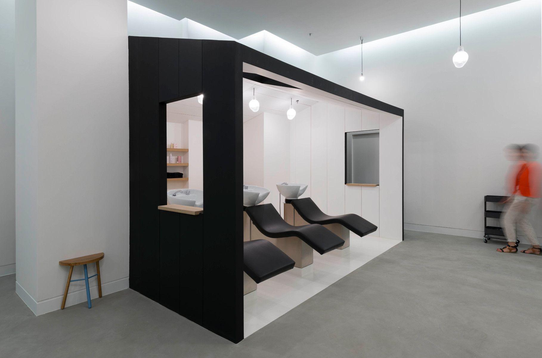 Un Salon De Coiffure Moderne Et Epure A Marseille Hair Salon Interior Salon Interior Design Retail Interior