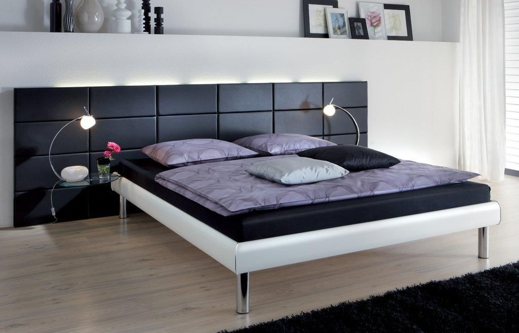 Bedroom with a black leather headboard  Chambre avec une