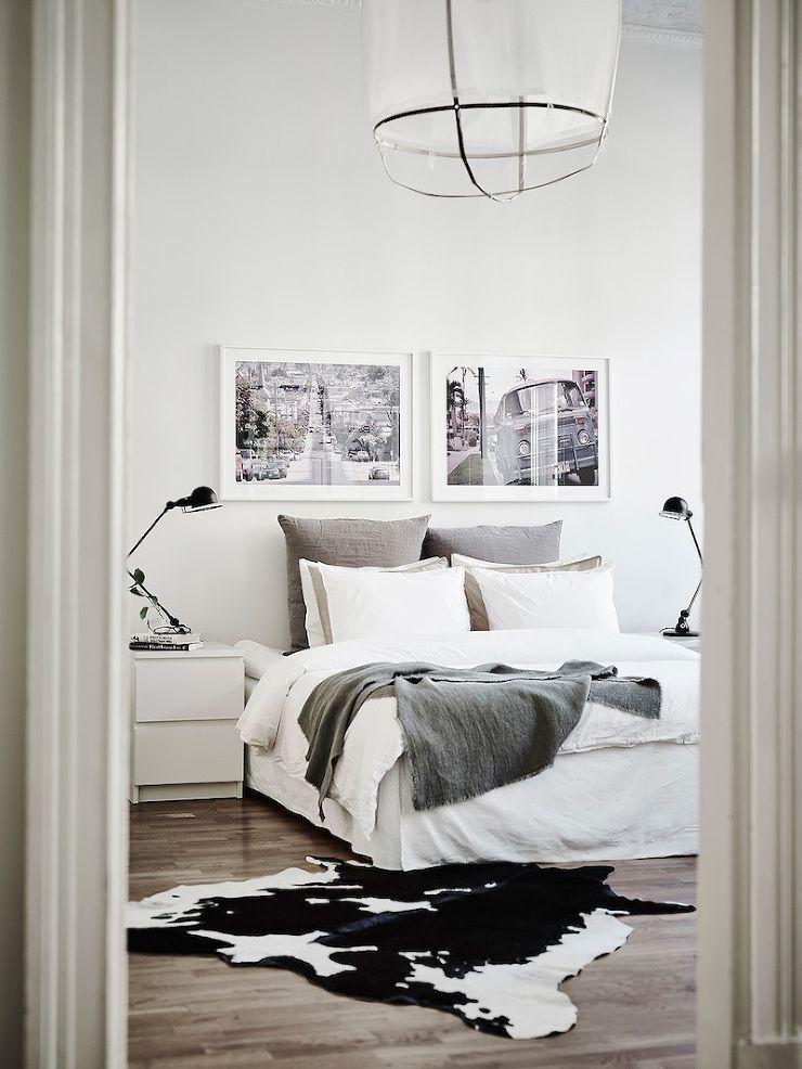 Blick ins weiße Schlafzimmer Großes, gemütliches Bett mit schwarz - minimalismus schlafzimmer in weis