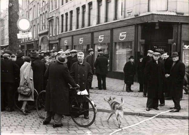 1941. The Jewish Sunday market at the Eerste Van Swindenstraat. Photo Stadsarchief Amsterdam / Bart de Kok #amsterdam #worldwar2 #VanSwindenstraat