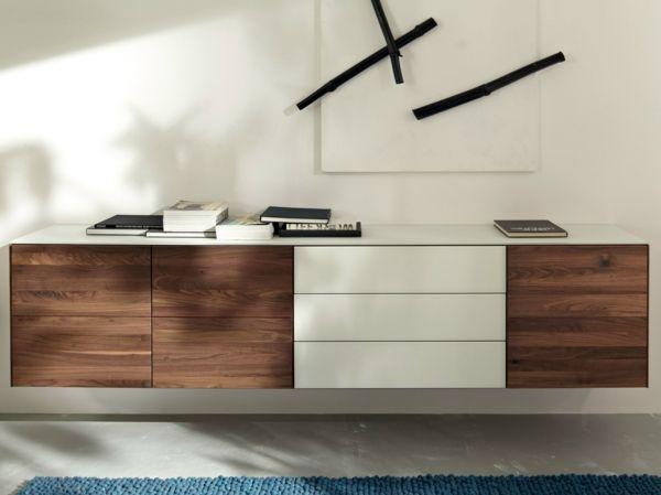hängendes sideboard design braun weiß blauer teppich wanddeko - Wohnzimmer In Weis Und Braun