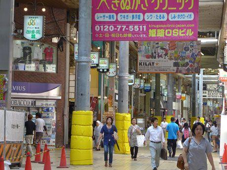 謎の柱、姫路駅前のアーケードに林立-「何これ?」と街の声