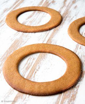 Piparitaikinasta tehdyt syötävät lahjat ovat jokavuotinen perinteeni. Niitä on hauska tehdä ja ne ovat helppoja lahjaideoita sellaisellekin, jolta löytyy jo kaikkea. Itse tehty lahja on aina arvokas! Piparikoriste ilahduttaa joulun ajan ja kun se on antanut kylliksi silmänruokaa ja joulutunnelmaa, sen voi syödä pois. Piparkakkukranssia voi käyttää joko ripustettavana seinäkoristeena tai pöydän päällä esimerkiksi siten, […]