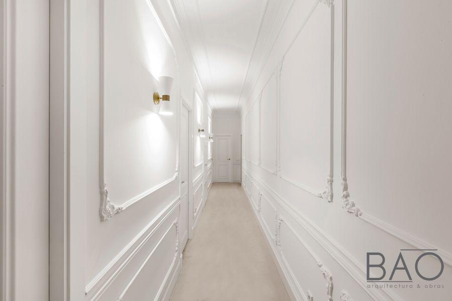Apliques de pared blanco y oro con doble emisión de luz para un piso