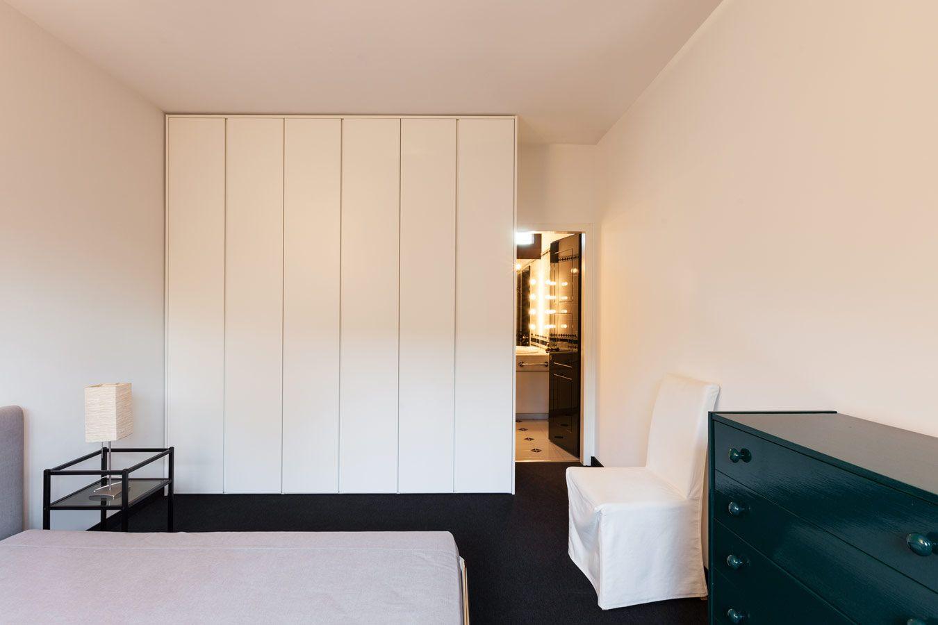 Witte inbouwkast met draaideuren in de slaapkamer | inbouwkasten ...