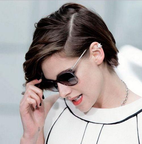 2017 Kristen Stewart Side Part Medium Pixie Hairstyles With Bangs Kristen Stewart Hair Kristen Stewart Short Hair Kristen Stewart