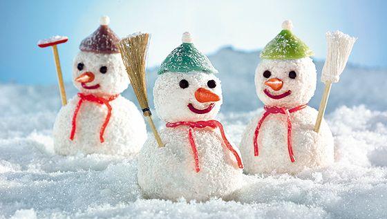 Die drei lustigen Schneemänner verschönern im Winter jede Kaffeetafel. Und hier gibt's das Rezept für die frostigen Kerle - natürlich ganz ohne backen. © Bassermann Verlag/Ketterer&Layher