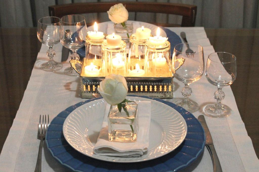 Mesa-azul-com-velas-romântica-4