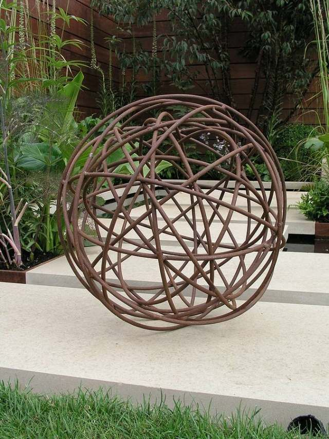 gartendeko modern skulpturen idee eisen kugel gewickelt ...