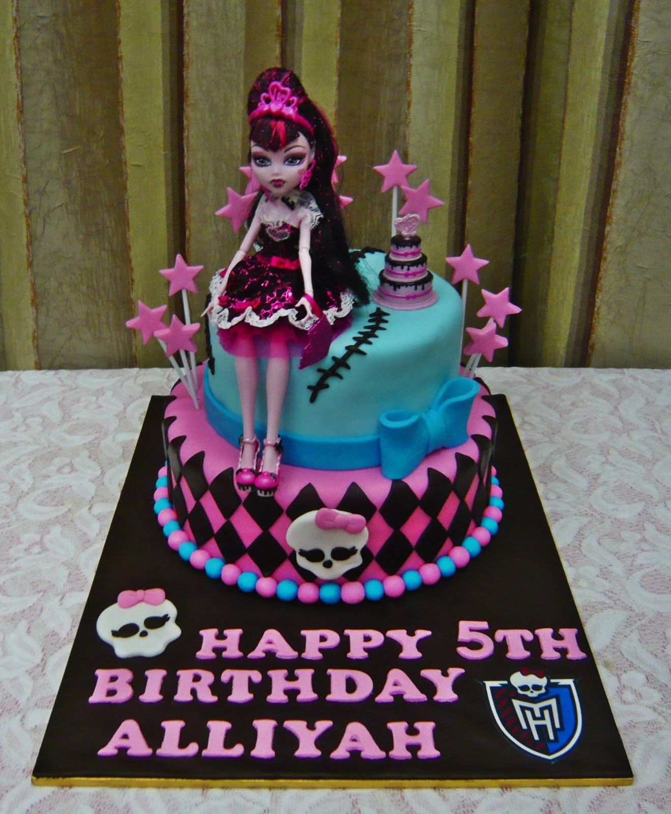 Google themes monster high - Commissioned By Azmi Request Monster High Theme Draculaura Doll Is Provided To Be Placed On The Cake Choc Moist Cake