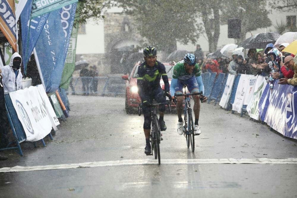 Nairo Quintana vence en el Alto del Acebo por delante del que sería ganador de la Vuelta Asturias, Alarcón.