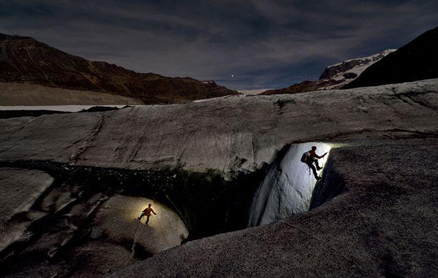 Explorando cuevas de hielo en el Glaciar Gorner, foto de Robbie Shone: http://goo.gl/kq4vOX