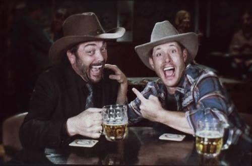 """""""Qual Winchester você mataria?"""" Mark: """"O Alce. Ele continua tentando me matar. Eu e o Dean temos um bromance."""" #AHBL6"""
