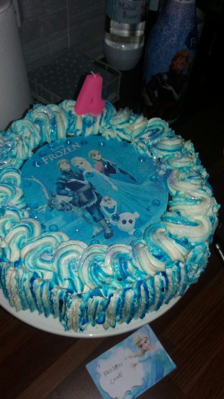 Sininen frozen kakku. Välissä  vadelma-mansikka hyydyke ja lime-vaniljahyydyke