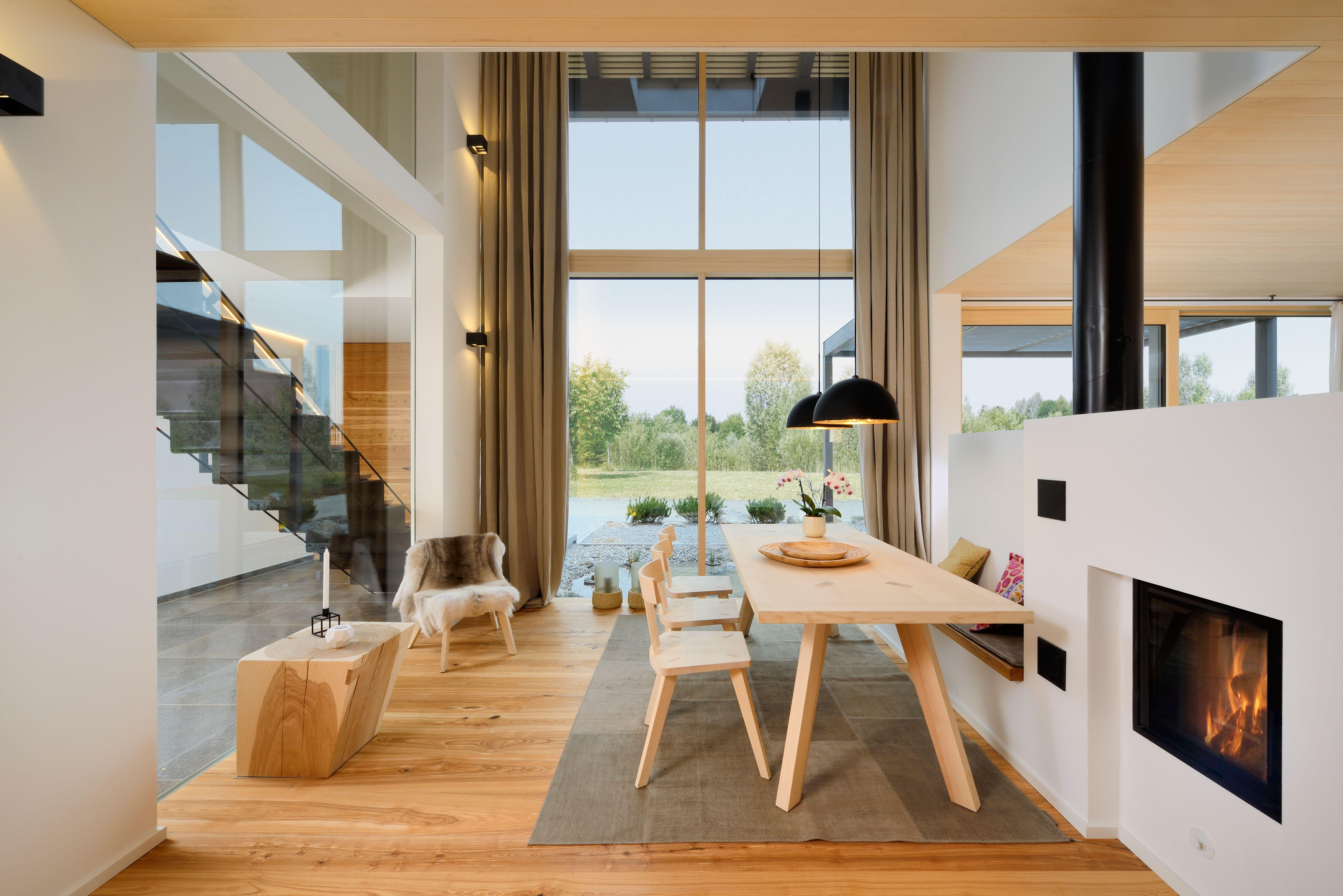 Ein Stylisches Esszimmer Mit Bodentiefen Fenstern, Daneben Der Kaminofen  Und Die Stahltreppe, Die In