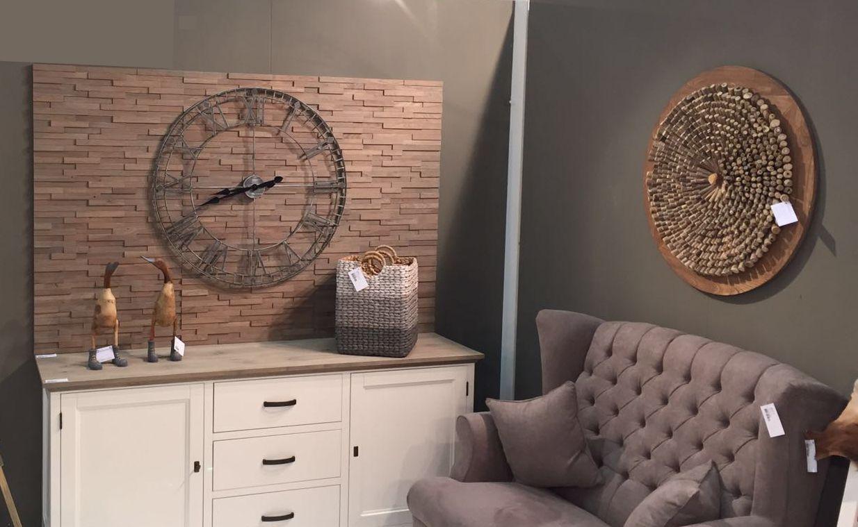 Simplitatea şi căldură lemnului sunt notele inconfundabile pe care panourile decorative Profilo le aduc în amenajarea unui spațiu. Fabricate din lemn masiv de stejar, segmentele   trec printr-o procedură specială de periere menită să scoată în evidență fibra lemnului.  Rezultatul este o textură rafinată, vizual şi tactil.