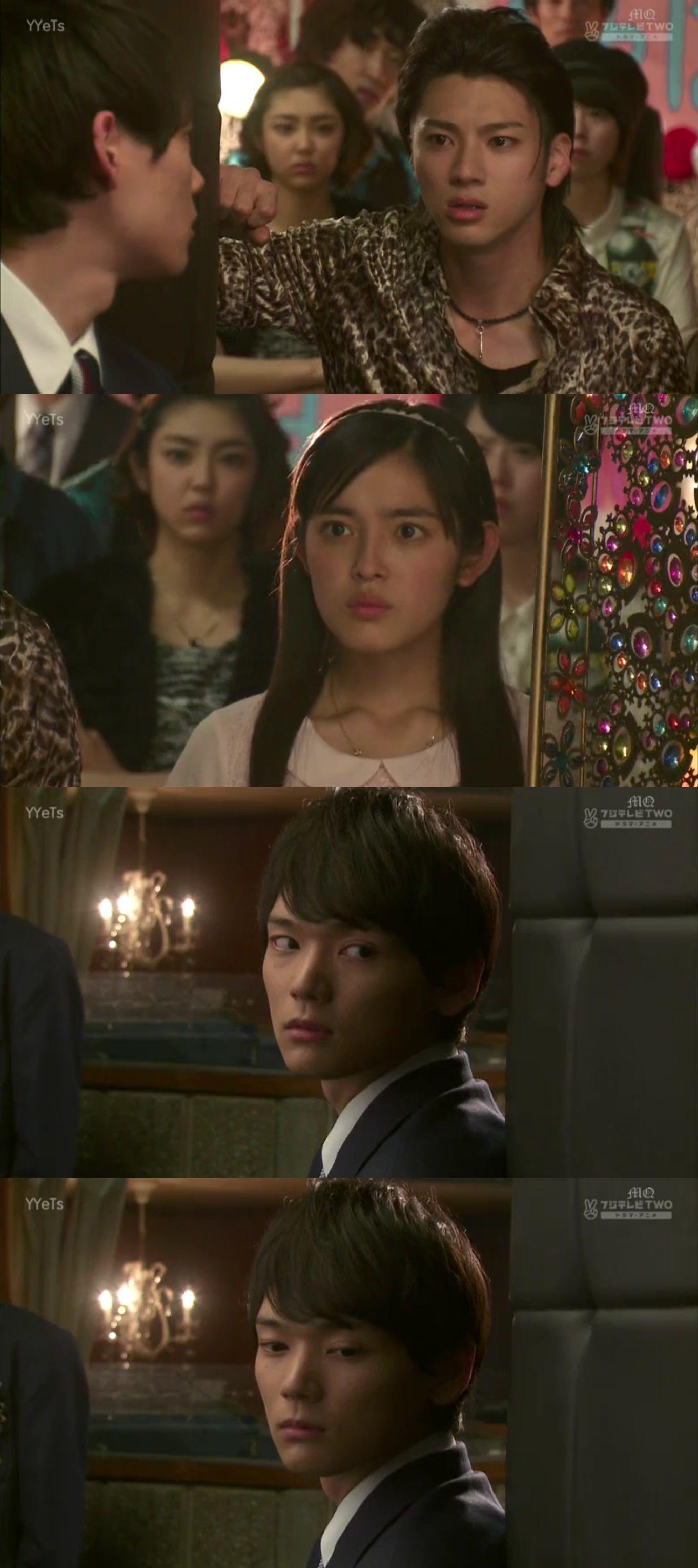 """Los alumnos de la Clase A comienzan a hacer sentir mal a los de la F. Kin no aguanta más y los confronta. En ese momento interviene Naoki: """"Después de todo, la única manera de que la gente de la Clase F puede contra nosotros es con músculos""""-mirando a Kin. Todos se molestan, en especial Kotoko. Kin harto con lo que ha sucedido, sale del salón. Kotoko lo sigue, mientras Naoki observa como ella vas trás él - Itazura na Kiss Love in Tokyo, Episodio 5"""