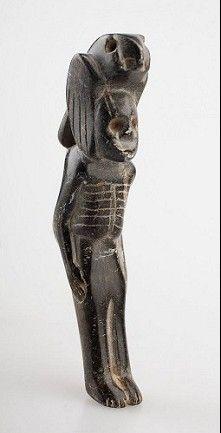 Museum Volkenkunde, LeidenDeze ceremoniële pijp in de vorm van een 'vogelmens' werd gebruikt tijdens rituelen van de Zuidelijke Cultus, ook wel het Zuidelijk Ceremonieel Complex genoemd. Omstreeks 1200 n.Chr. bloeide in het zuidoosten van Noord-Amerika de Mississippian cultuur.