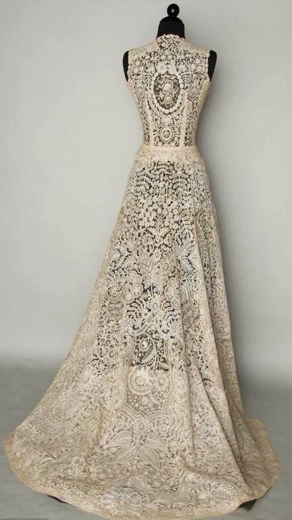 Just admiring the lace...Vintage lace wedding dress http://purrsz ...