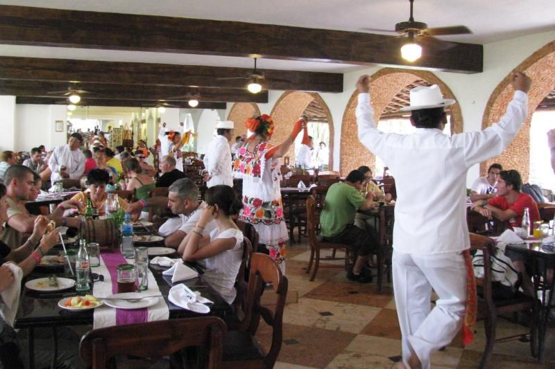 Mayaland hotel folklorico dancers while you dine