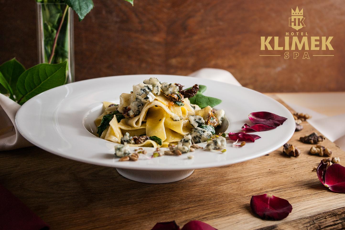 Najwyższej jakości składniki, czerpanie inspiracji z tradycyjnej kuchni i nieoczywiste połączenia smaków – wszystko to sprawia, że w naszej restauracji weźmiecie w prawdziwej uczcie dla podniebienia.