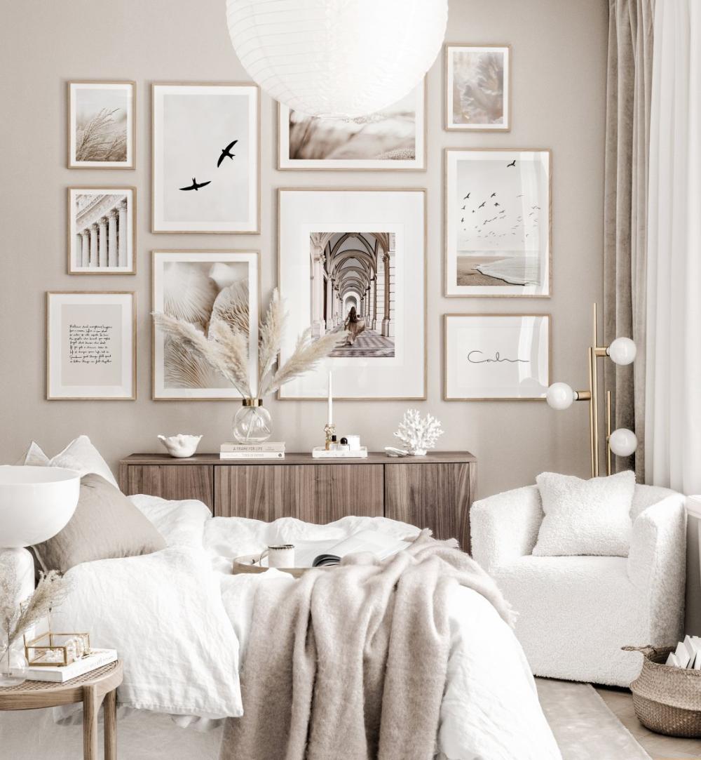 Elegante Bilderwand beiges Schlafzimmer Naturposter Eichenrahmen