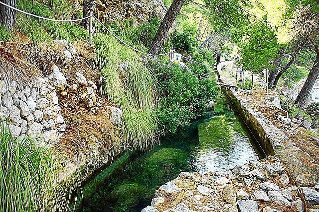 Wanderung zum Fuß der Quelle von Sa Costera (von Tuent aus ca. 1 Std. je Strecke) Festes Schuhwerk und lange Hosen