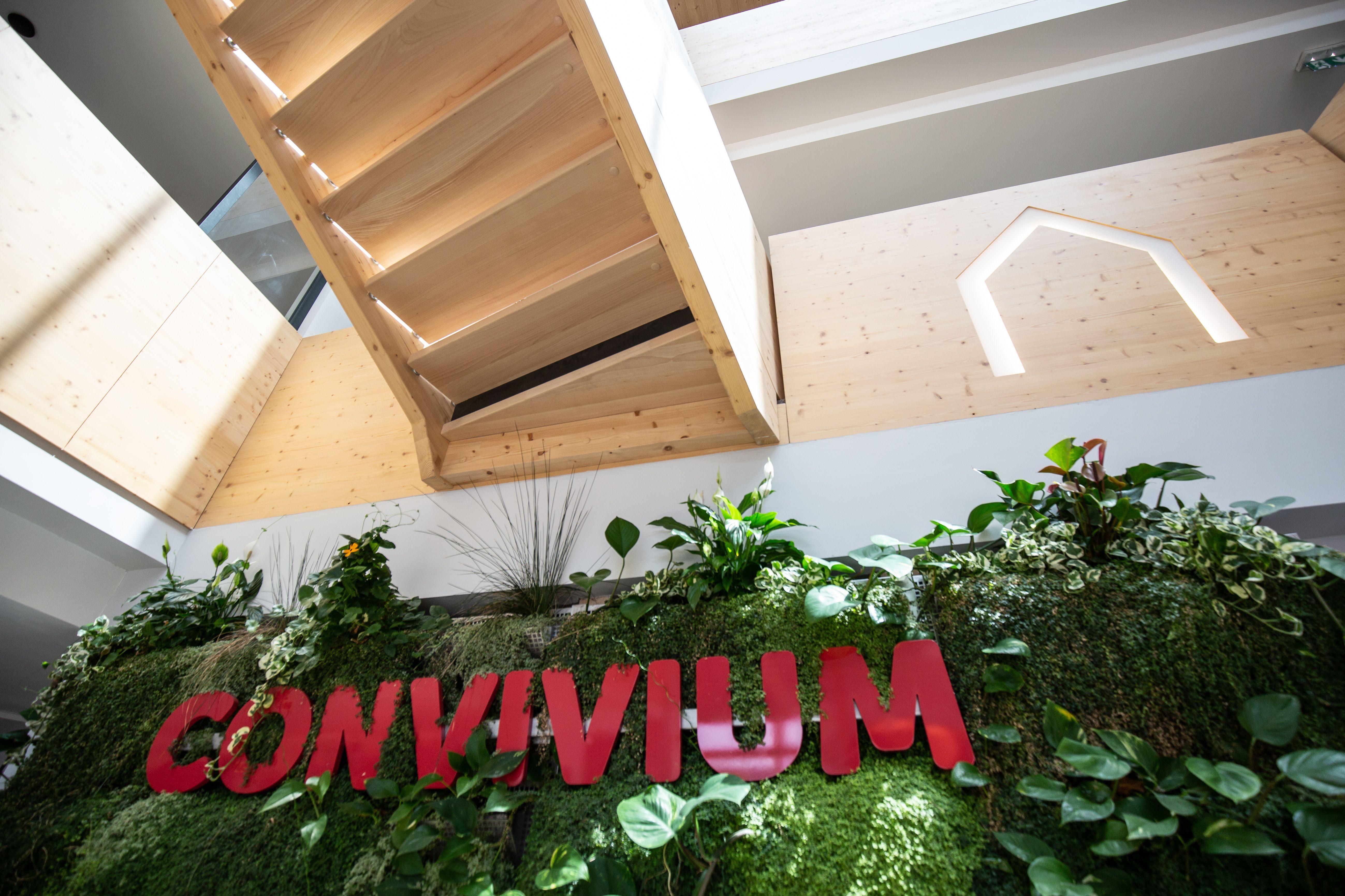 Convivium Par Innov Habitat Venez Decouvrir Un Lieu Pour Faire L Experience Du Bien Vivre Mur Vegetal Et Escalier En Bois Habitat Bien Vivre Mur Vegetal