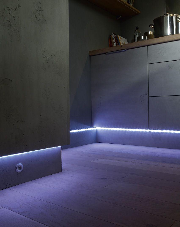 ruban led pour clairer le couloir et rassurer les enfants. Black Bedroom Furniture Sets. Home Design Ideas