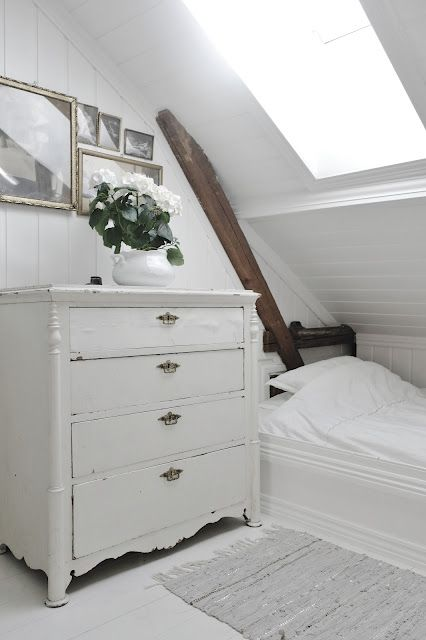 Love this cabin style bed and white chest of drawers _ Hannes Dadbok blog