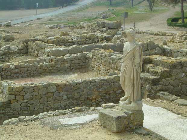 """Esculapio (Asclepios) en Ampurias, Girona (siglo III a.C.).Como dice Píndaro en sus 'Píticas' (III, 51 y ss.): """"[...] libraba a todos los enfermos de sus diferentes dolencias, curando a algunos de ellos con suaves cantos [...]"""" (*) .El Asclepios griego recibió culto en Emporion (Ampurias) y casi con toda seguridad también en Gadir (Cádiz), bajo el nombre de 'Eshmun ('šmn), de arraigado culto en Fenicia."""