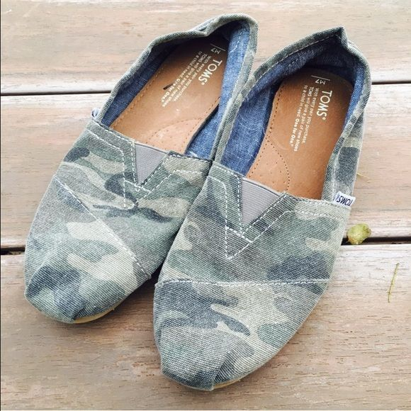 Camo TOMS Worn twice, excellent condition! Ships Immediately! TOMS Shoes Sneakers