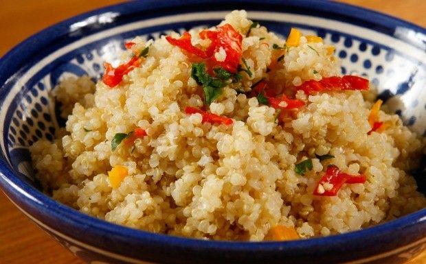 2 xícaras de água 1 xícara de quinoa 1 suco de um limão-siciliano 1 colher (sopa) de manteiga 1 cebola pequena picada 1 bouquet de ervas de sua preferência Pimenta vermelha (a gosto) Salsinha e sal (a gosto)