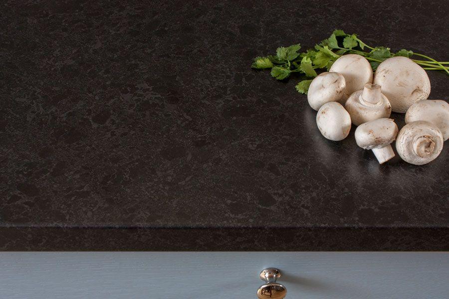 Die Beschichtete Arbeitsplatte In Schwarzer Granit Optik Ist Lebensmittelecht Und Lasst Sich Einfach Reini Schwarzer Granit Arbeitsplatte Arbeitsplatte Schwarz