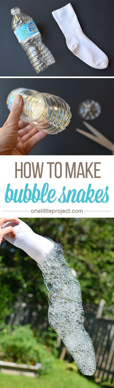 Knip een lege fles open aan de onderkant, doe er een oude sok omheen, vul hem met water en wasmiddel en geniet van je bubbels!