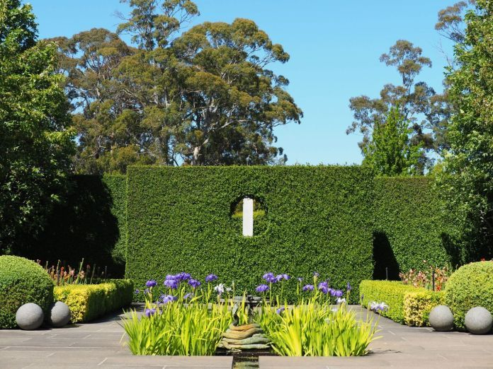 Paul Bangay S Garden Stonefields An Hour Or So From Melbourne In The Hills Between Daylesford And Ballarat Beautiful Gardens Landscape Design Hedges
