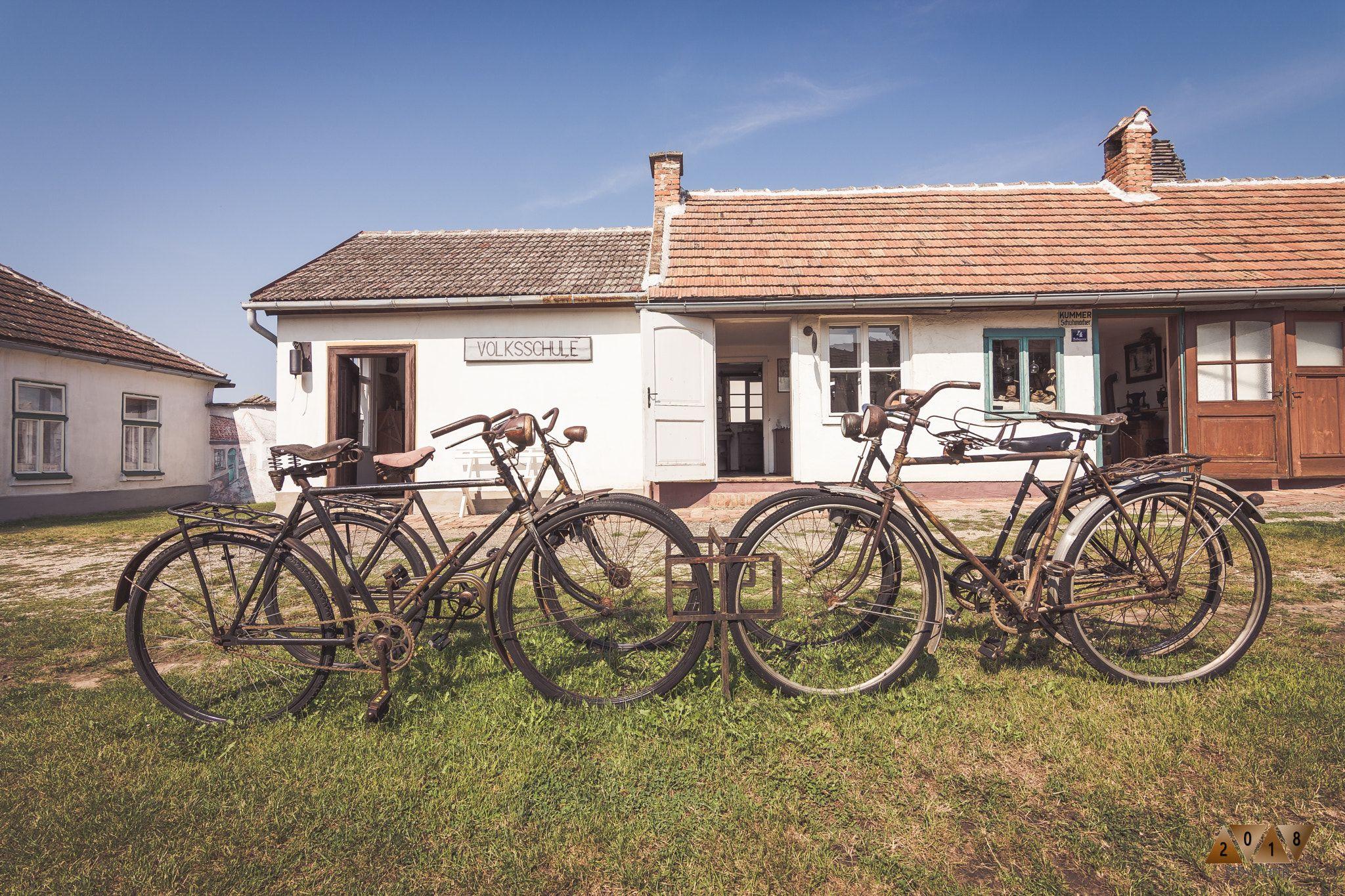 Auf M Oidn Radl Alte Fahrrader Im Museumsdorf Monchhof Radeln Altes Fahrrad Dorf