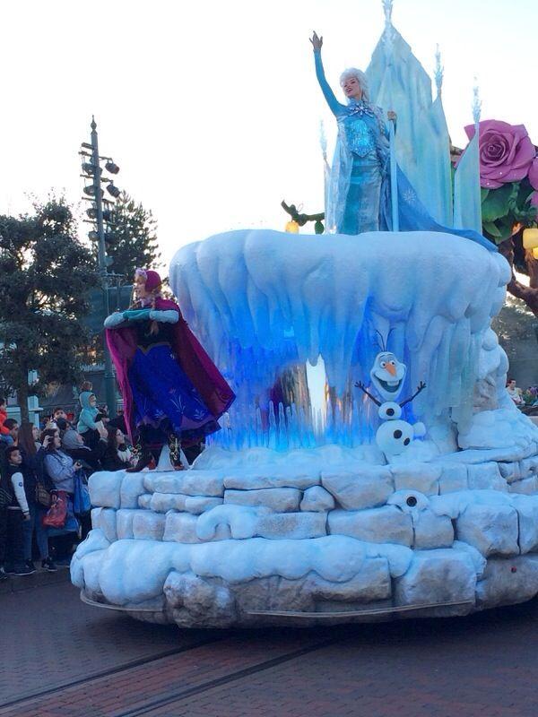 Anna elsa on disneyland paris frozen parade float for Princess float ideas