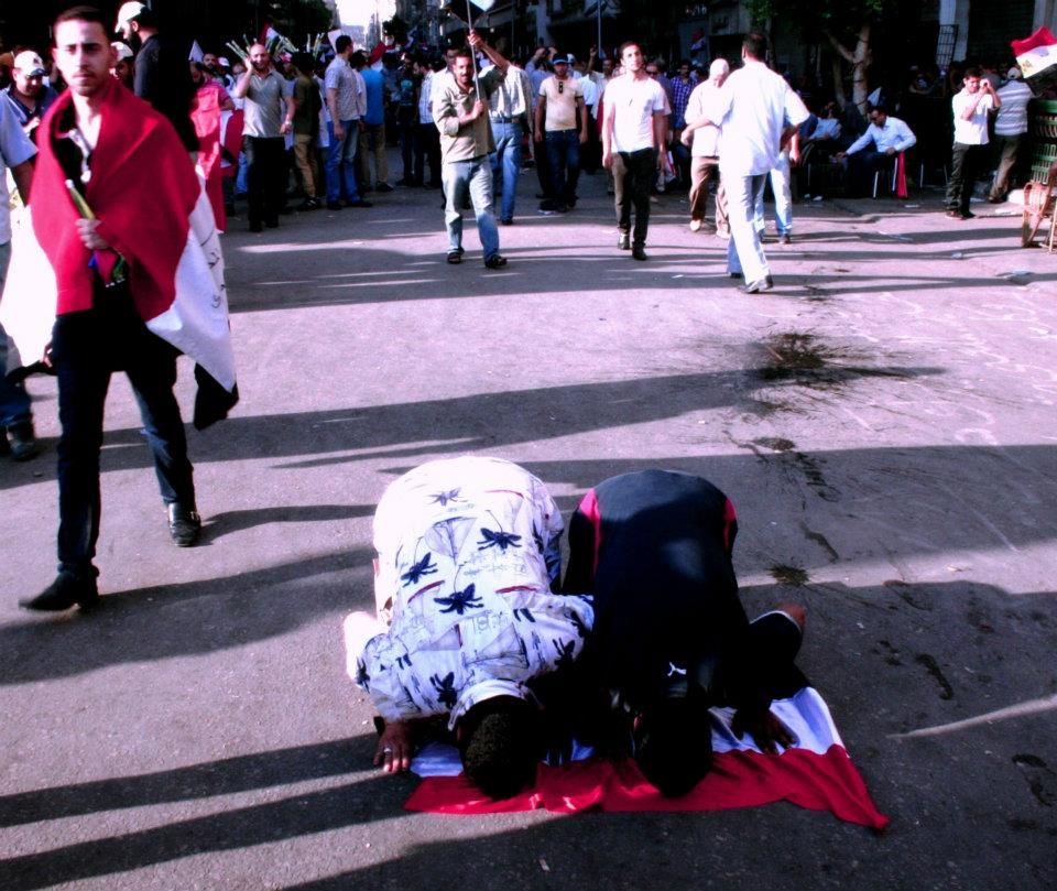 Praying in Tahrir and on the Egyptian flag, in this case out of respect and love via Pete Willows #Egypt