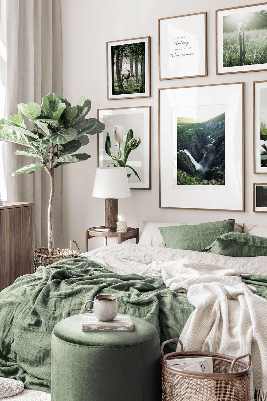 Naturinspirierte Bilderwand Landschaft Naturposter Blumen grünes Interieur Walnussrahmen