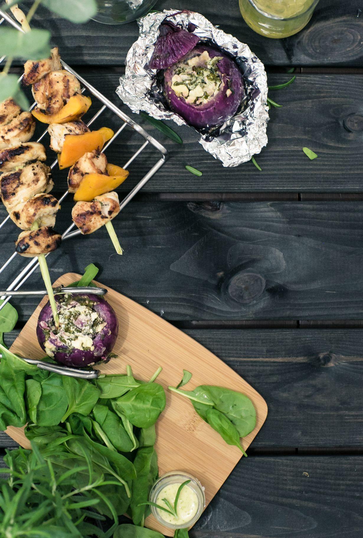 Kanavartaat raikkaalla sitruunamarinadilla on aina grillikauden varma valinta. Lisukkeena yllättää mehukas punasipuli pinaatti-fetatäytteellä. ...