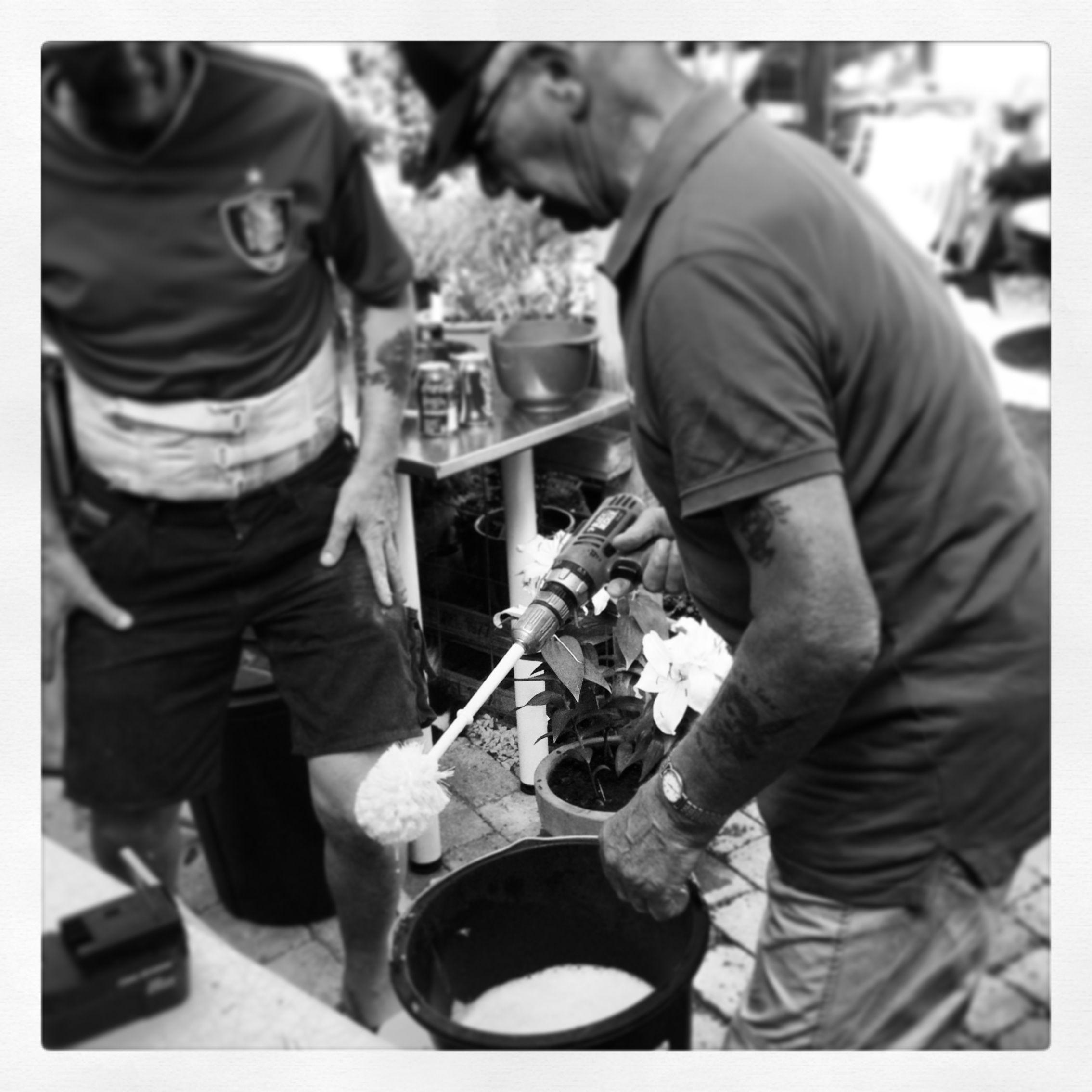 Bedstefar skræller nye kartofler, med boremaskine og toiletbørste:) By Maria West. Heilberg