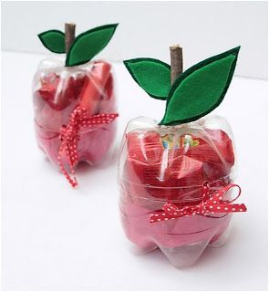These favour boxes are made from recycled plastic pop bottles - Perfect to wrap a teacher's gift!! / Matilda y la Luna / For English instructions visit: http://www.creativejewishmom.com/2010/08/recycle-plastic-bottles-make-super-cute-apple-shaped-boxes.html