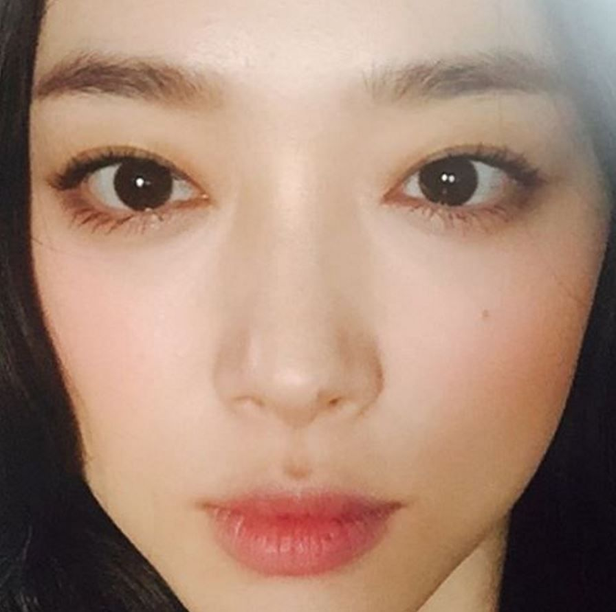 15 Photos That Perfectly Illustrate Why Sulli Is Called A Human Peach Koreaboo Sulli Celebrity Skin Care Without Makeup