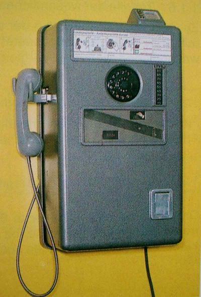 das war noch ein smartphone. das konnte man an die wand hängen:-) Münzfernsprecher - man konnte in dem Fenster sehen, wieviele Groschen noch übrig waren