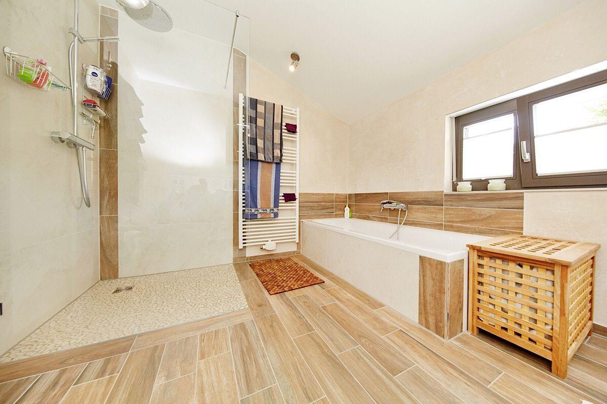 Badezimmer Modern Gestalten Mit Fliesen In Holzoptik Ebenerdige Dusche Badewanne Unter Fenster Inneneinrichtung Ideen Fertighaus Stadtvilla Zeltdach Haus