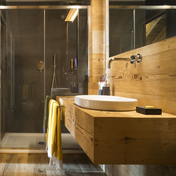 Bathroom Design: reclaimed old fir covering and flooring. Bagno ...